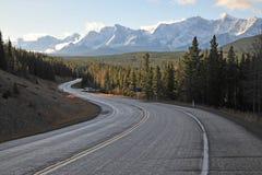 Montagne e strada principale di mattina Fotografia Stock Libera da Diritti