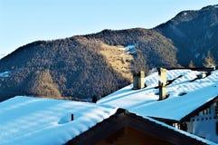 Montagne e tetti in La Tzoumaz Fotografia Stock Libera da Diritti
