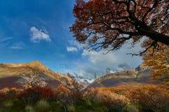 Montagne e un arcobaleno nel parco nazionale Los Glaciares Patagonia dell'Argentina in autunno fotografie stock