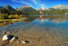Montagne e un lago glaciale Immagini Stock Libere da Diritti