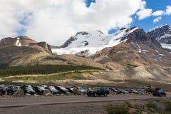 Montagne e un parcheggio Fotografia Stock