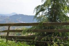 Montagne e un recinto Fotografie Stock Libere da Diritti