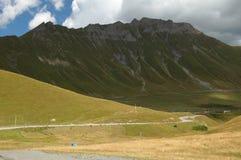 Montagne e una strada, Caucaso, Georgia Immagini Stock