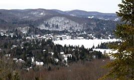 Montagne e villaggio di Laurentides Fotografie Stock Libere da Diritti