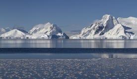 Montagne ed isole della penisola antartica nell'inverno soleggiato Immagini Stock