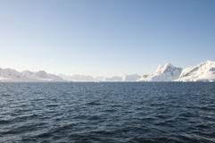 Montagne ed oceano della neve Fotografia Stock Libera da Diritti