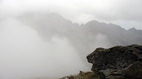 Montagne en brouillard Photo stock