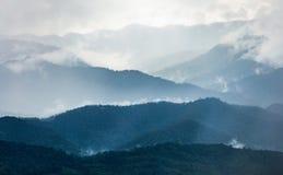 Montagne en hiver avec le brouillard et le nuage Photos stock