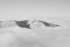 Montagne en nuages Photos stock