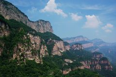 Montagne en pierre verte photo libre de droits