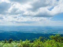 Montagne en Sunny Day avec les nuages blancs Photo stock