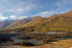 Montagne en vallée de Kanas Photographie stock libre de droits