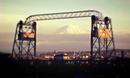 Montagne encadrée par le pont Images libres de droits