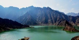 Montagne et barrage de Hatta aux EAU Images stock