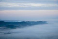Montagne et brume Images stock