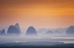 Montagne et brume impressionnantes Photographie stock