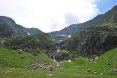 Montagne et cascade à écriture ligne par ligne vertes paisibles Photographie stock