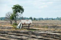 Montagne et ciel de hutte de champ dans la campagne image libre de droits