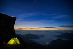 Montagne et falaise avec le brouillard sur le lever de soleil au phucheefah Images libres de droits