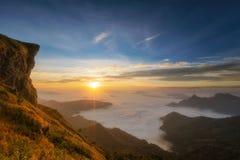 Montagne et falaise avec le brouillard sur le lever de soleil au phucheefah Image stock