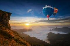 Montagne et falaise avec le brouillard sur le lever de soleil au phucheefah Photographie stock libre de droits