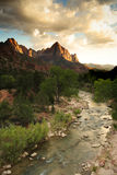 Montagne et fleuve au coucher du soleil Photographie stock libre de droits