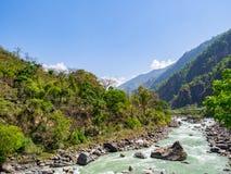 Montagne et horizontal de fleuve Photographie stock libre de droits