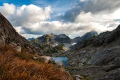 Montagne et lac, avec l'usine dans le premier plan photos libres de droits