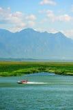 Montagne et lac avec le ciel ensoleillé Image libre de droits