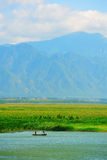 Montagne et lac avec le ciel ensoleillé Photos stock