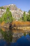 Montagne et lac clair Images libres de droits