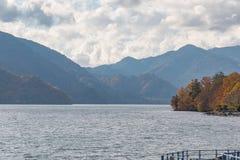 Montagne et lac dans la saison d'automne photo libre de droits