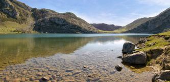 Montagne et lac (panoramiques) Photos stock