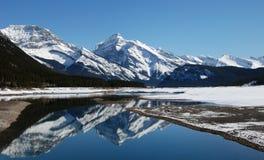 Montagne et lacs dans les Rocheuses Photos stock