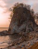 Montagne et le coucher du soleil sur la mer photo libre de droits