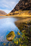 Montagne et loch écossais d'horizontal de montagnes Photo stock