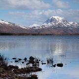 Montagne et loch Maree de Slioch Photos stock