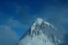 Montagne et lune Photographie stock