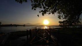 Montagne et mer d'arbre de coucher du soleil banque de vidéos