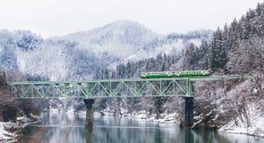 Montagne et neige d'Apan avec le train local photographie stock