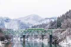 Montagne et neige du Japon avec le train local images libres de droits