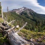 Montagne et nuages Photographie stock