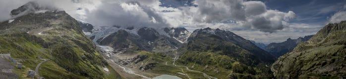 Montagne et nuages image stock