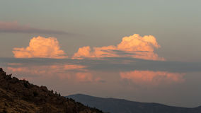 Montagne et nuages cramoisis Photos libres de droits