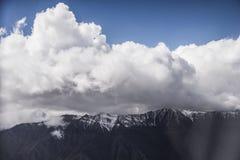 Montagne et nuages dedans la première fois chez Lah Photographie stock libre de droits