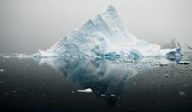 Montagne et réflexion d'iceberg Image libre de droits