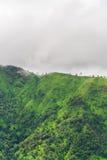 Montagne et raincloud verts Image libre de droits