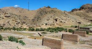 Montagne et rivière en Iran avec les roches et le désert oranges autour photos stock