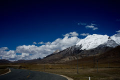 Montagne et route de neige Photos libres de droits