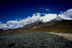 Montagne et route de neige Photographie stock libre de droits